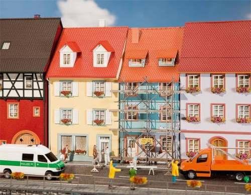 Faller 130494 2 Kleinstadthäuser mit Malerg